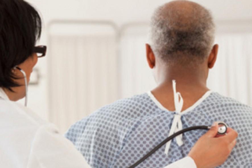 medico-examina-paciente