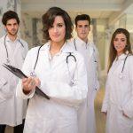 Quais são os benefícios garantidos ao médico residente?